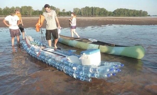 плот лодка из бутылок